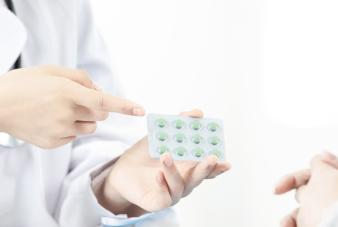 摄图网_501566355_wx_女性医生给病人介绍药品(企业商用)