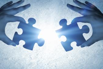 摄图网_300493344_wx_伙伴关系手连接拼图元素的图像(企业商用)