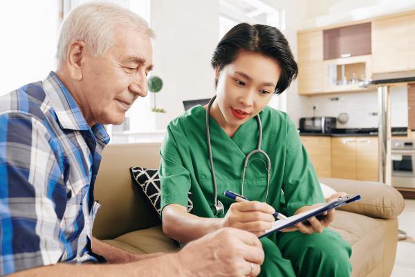 nurse-explaining-results-of-medical-test-HZM73BU